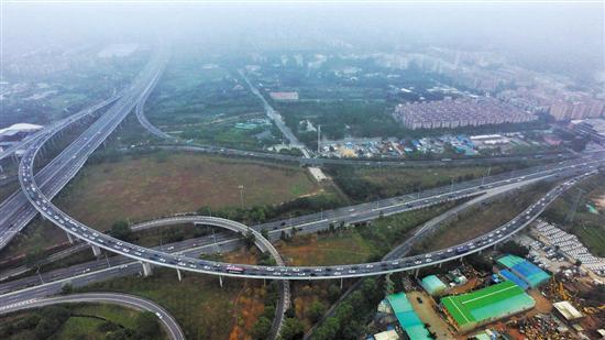 昨日,无人机航拍春岗立交路段,来自广河高速和广佛肇高速的车流在此交汇,缓慢通行 记者汤铭明摄