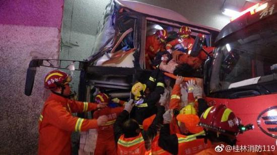 四川开往广州一载52人客车高速失控撞隧道壁 已致4死