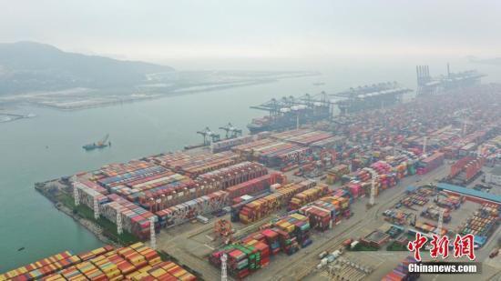 资料图:集装箱码头。中新社记者 陈文 摄