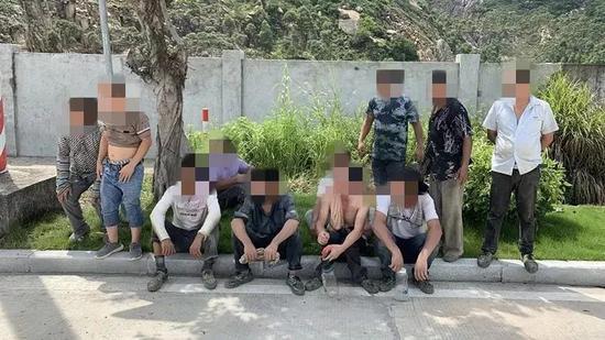 广东高栏港惊现新型敞篷车 车上竟塞了十一个男子