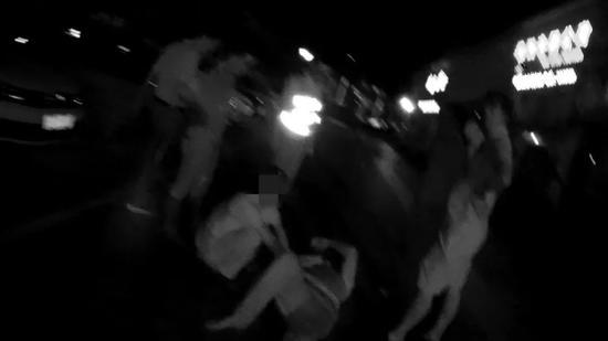 男子在香洲街头被一群出租车司机追500多米 摔倒不动了!