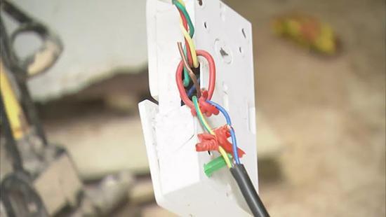 物管处工作人员称,该个简易电插座提供专供用电给蜂巢快递柜使用。