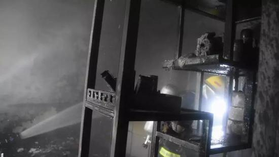 消防员一边与物业继续核实