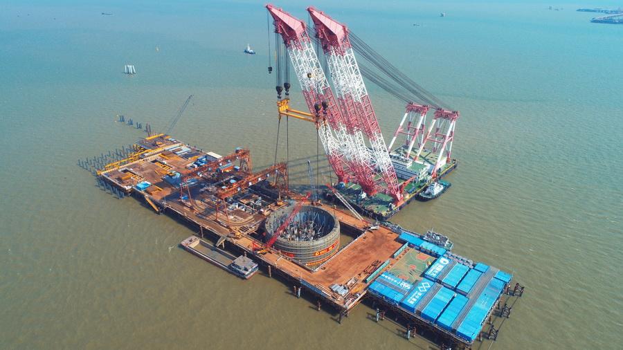 深中通道伶仃洋大桥西索塔首个钢吊箱成功下放