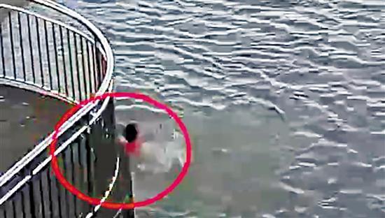 李源青(图中白衣红裤热心市民)下水救人视频截图