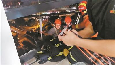 吊篮被卡25楼悬空 白云区两名工人被困5小时