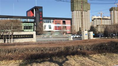 12月7日,长生生物门口,此前戒备森严的厂区大门已经无保安把守。由于工厂停产,只有办公楼有少数工作人员上班。