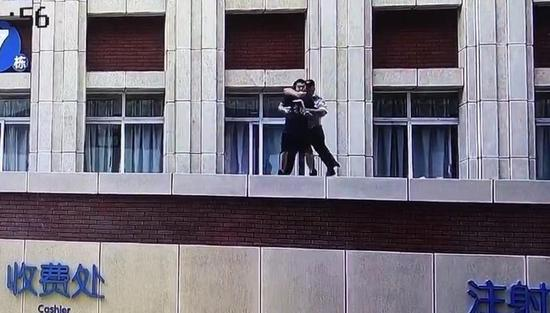 孩子生病家长想跳楼 民警未系安全绳纵身一跃救回