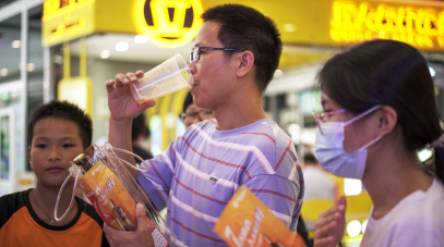 """泰山原浆啤酒""""闪""""现广州 这台""""鲜活贩卖机""""值得一个C位"""