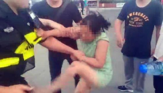 涉事女子黄某抗拒执法的现场视频截图。