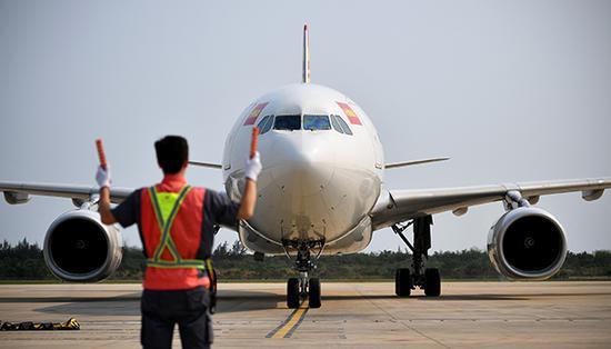 3月28日,海南医疗队乘坐的海南航空飞机抵达海口美兰国际机场。新华社 图