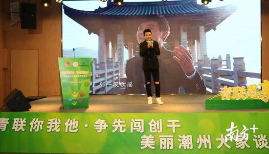 歌曲创作者郭元朝现场演唱广济桥灯光秀开场曲《潮州人》。