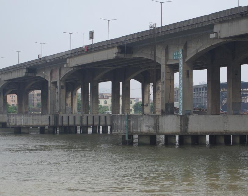 船头支撑杆碰撞东洲河大桥桥跨T梁