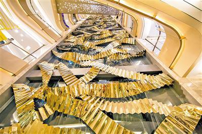 国内知名当代艺术家高伟刚创作的巨型金色楼梯作品《升华》。