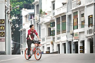 偶尔驶过一辆单车,倒令街道显得越发安静了。
