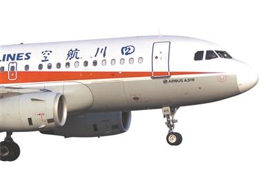 发生故障后准备降落成都双流国际机场二跑道的川航3U8633。新华社发