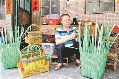 """林叔编织的胶篮是东坑、寮步和樟木头等镇买家的""""抢手货""""。"""