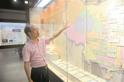 王晓强收集的大量汇票按照目的地区被贴到了中国地图上进行展览。
