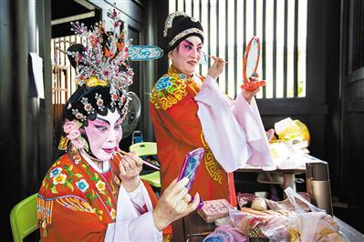 广福台后台,准备上台的粤剧演员正忙着化妆。