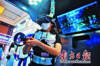 与会嘉宾正在体验VR高清互动设备。