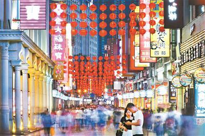上下九的骑楼街,商业气息浓厚,每逢夜幕降临,灯饰便照出一派繁华。