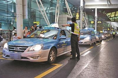 飞抵广州白云机场的旅客有序排队搭乘出租车。(资料图片)