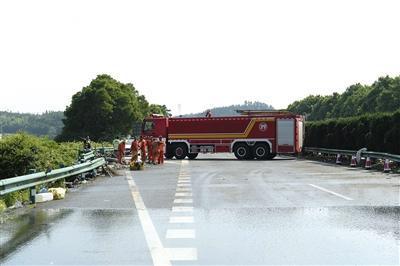 6月30日,事故发生后的第二天,工作人员清理现场。图/新华社发