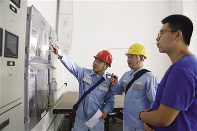 东莞供电局城区分局营业部营配班班长杨正权在向用户介绍新型智能电表的运作原理