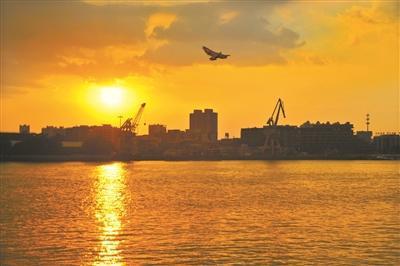 昨晚7时,金灿灿的落日,染黄了天空,染黄了珠江水。广州日报全媒体记者李波 摄