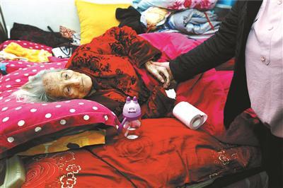 91岁的赵祥瑞老人,如今卧病在床,生活不能自理 摄影/本报记者 黑克