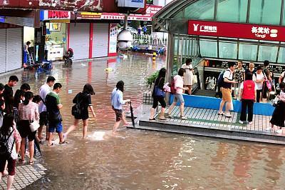 广州遭遇暴雨天气,城市部分地区内涝严重 图/视觉中国