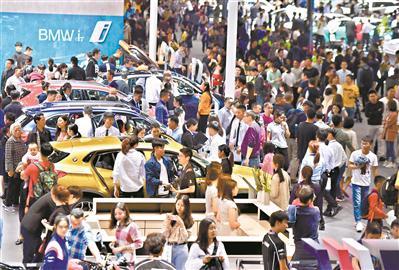 市民出动看靓车。广州日报全媒体记者王燕 摄