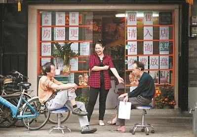 窄街小铺,拉近了人与人的距离,在骑楼街上,常可感受到一份亲切的邻里情谊。
