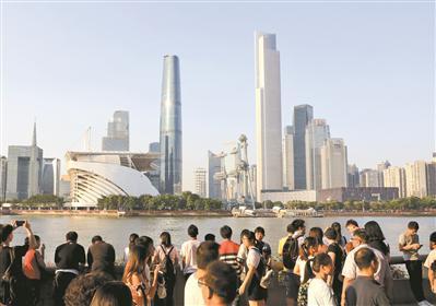 珠江边,市民游客欣赏秋日的城市美景。广报全媒体记者骆昌威 摄