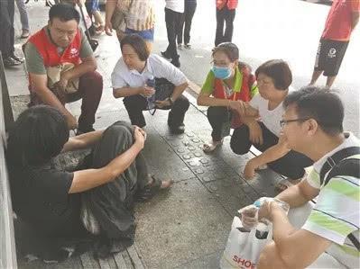 温国秀(右二)终于在虎门见到了失联6年的儿子