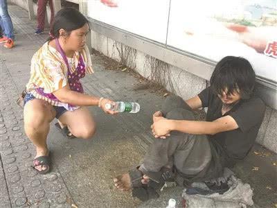 左手残疾的爱心志愿者刘凤菊一直关心着阿培。