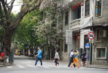 这条路上有各种有趣的餐厅和外贸打折店