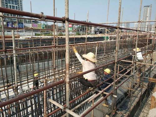 昌盛大桥西掉头隧道建设现场,工人正进行钢筋捆扎。