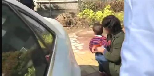 被救出的小孩大汗淋漓,家长为其擦拭。
