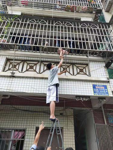 黄梓峰将幼儿推回防盗网内 受访者供图