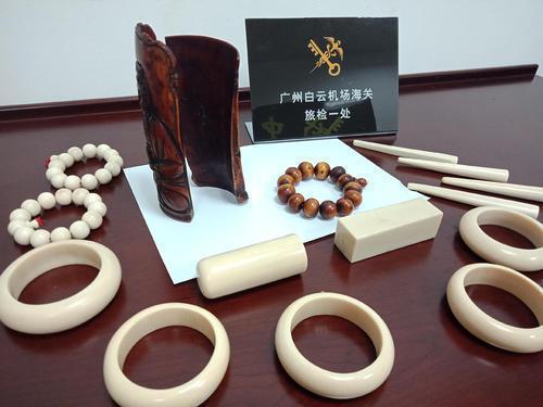 """广州海关查获一名男子将象牙制品染色伪装成""""木制品""""携带进境"""