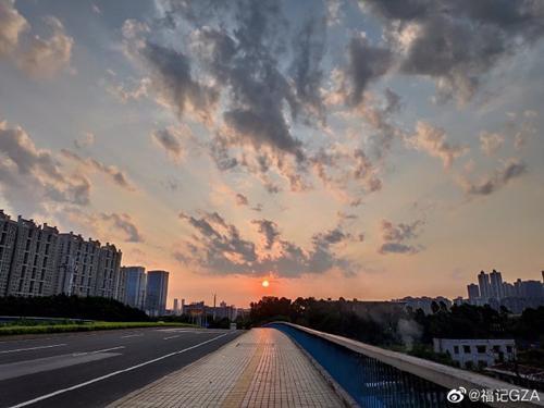 (8月14日晨,广州晴到多云。 图片来源于微博)