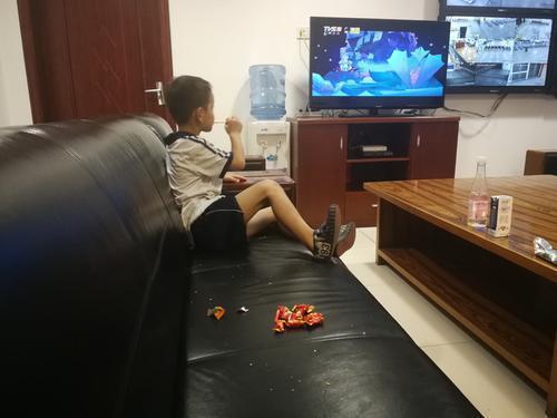 小男孩吃着饼干安静地等待家人到来