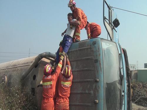 消防队员救出被困人员