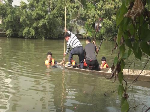 救援人员在河涌营救少年