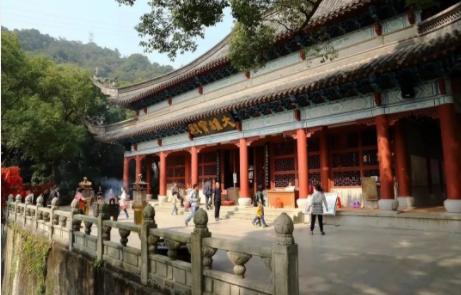 能仁寺位于广州市白云山,到此祈福的游客,还能顺便到白云山观赏美景。