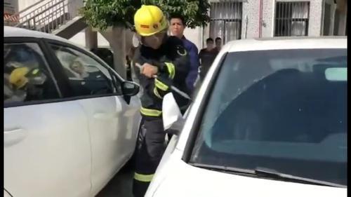 香洲消防员破窗营救车内被困幼儿。