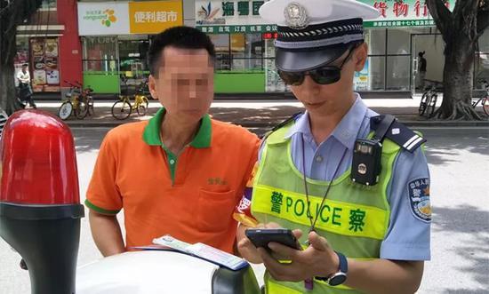 除了出租车被查处外,交警还发现教练没有及时提醒后排学员系安全带。