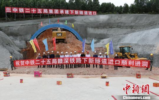 施工人员共同庆祝下新隧道正式进洞施工。 本文图片均来自 中新网
