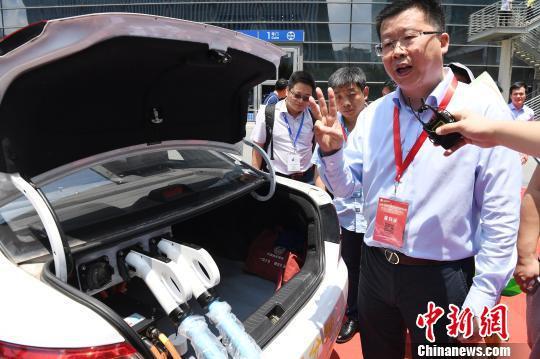 """图为""""妙盛动力""""科技有限公司董事长邱则有介绍动力电池三分钟快充产品。 陈文 摄"""